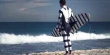 La combinaison Diverter, avec ses bandes noires et blanches, évoquerait un animal dangereux pour les prédateurs marins et les inciterait à s'éloigner. © SAMS